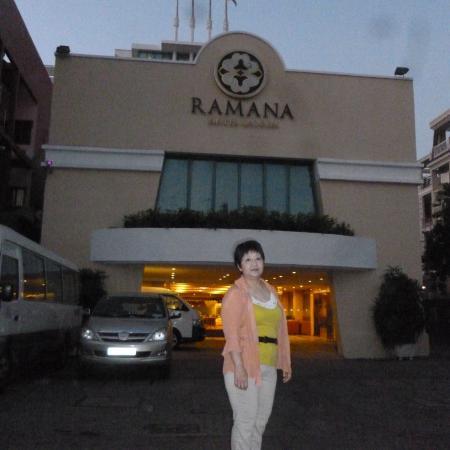 โรงแรมรามานาไซ่ง่อน: ラマナ ホテルの玄関前にて