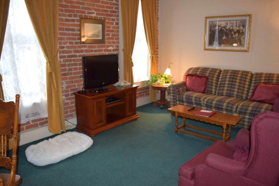 Bishop Victorian Hotel : Living area room 14