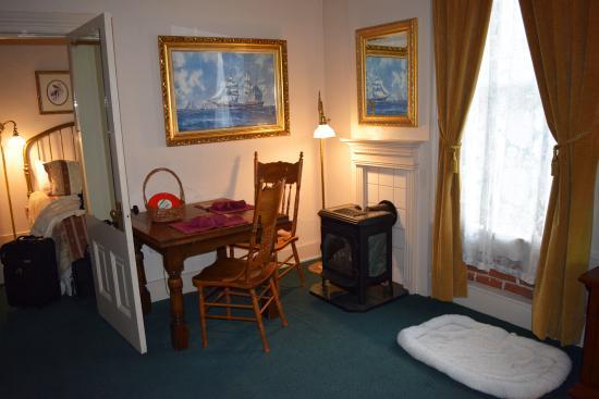 Bishop Victorian Hotel : Dining area room 14