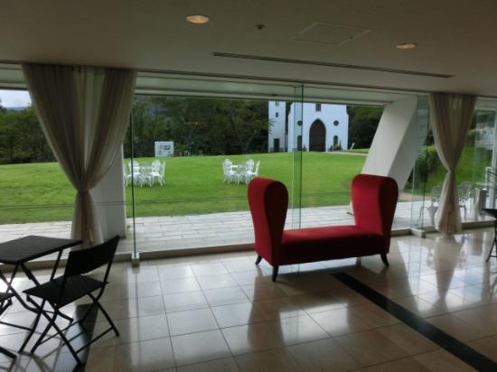Kijima Kogen Hotel: 二人掛椅子の先のチャペル