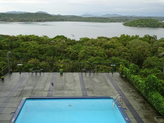 Giritale, Sri Lanka: View of swimming pool and lake from room