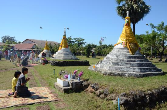 Three Pagodas Pass: กราบไหว้บูชา