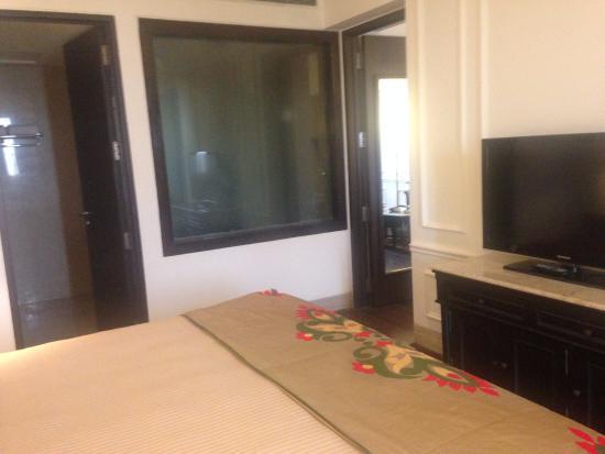 Ashok Hotel: bedroom - view of the washroom
