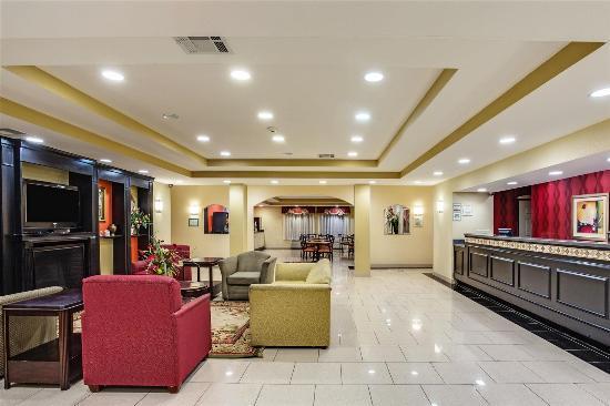 La Quinta Inn & Suites Canton: Lobby view