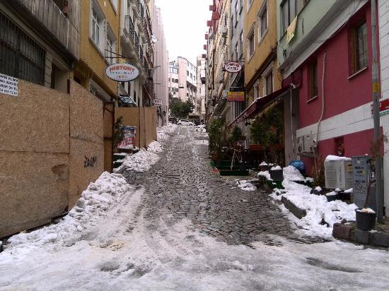 Blue Istanbul Hotel: ホテル前の坂道