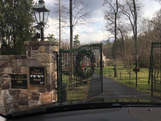 The Inn at Bowman's Hill: Gated entrance