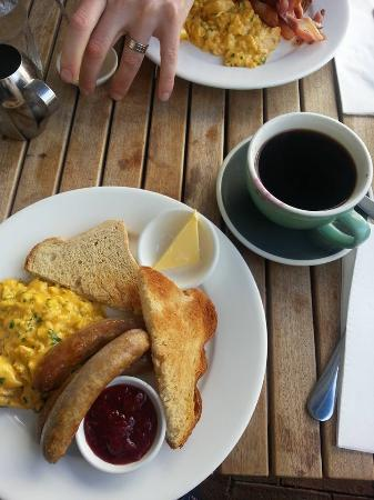 Nikau Gallery Cafe: eggs, sausages and toasts