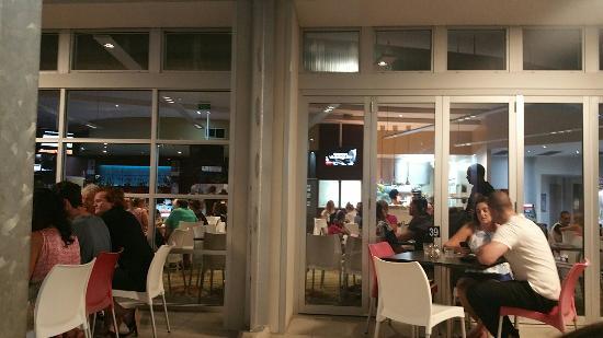 North Shore Tavern: Eating outside