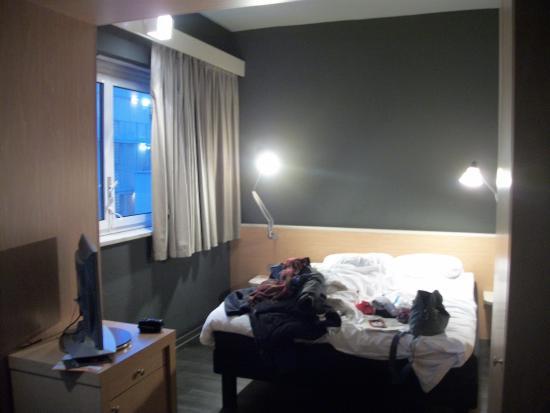 Ibis Milano Centro: Achamos o quarto mal iluminado