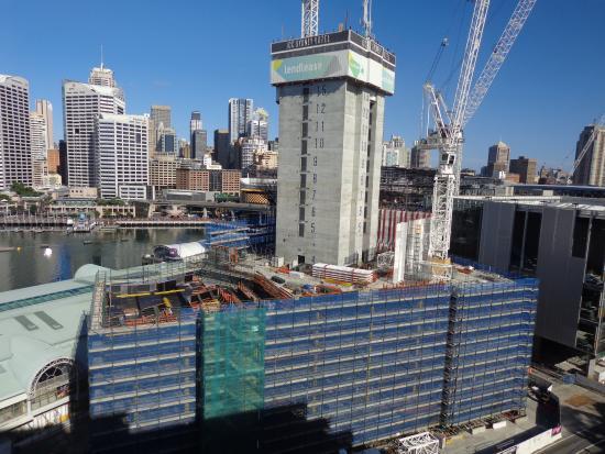 Novotel Sydney on Darling Harbour: Travaux en cours juste devant (15 étages en construction)