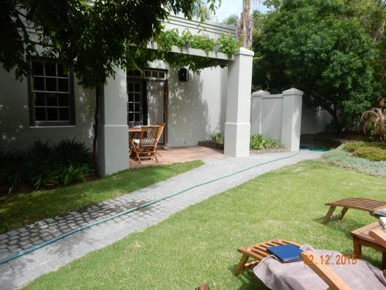 Avondrood Guest House: Private garden and entrance to suite