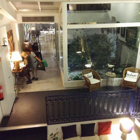 Gallery Hostel: vista su bar zona comune e zona fumatori