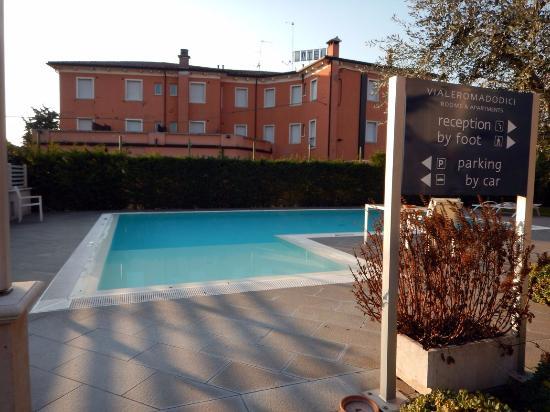 Vialeromadodici Rooms & Apartments: Der Poolbereich