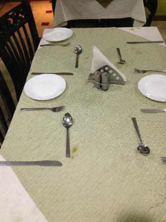 Hotel Panna Paradise: tovaglia sporchissima, dove veniva servita la colazione..