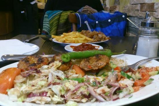 Luna de Istanbul: Kalbfleisch-Spieß mit Dönerteller, hervorragend zubereitet