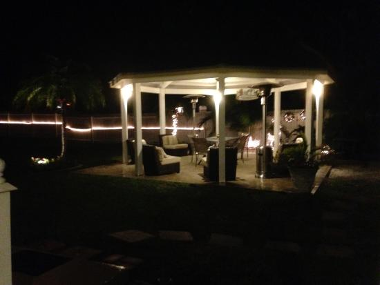 Queen's Gate Resort: Outside dinning and Lounge area