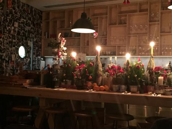 Der Gro 223 E Tisch Ist Mittelpunkt Des Restaurants Coole