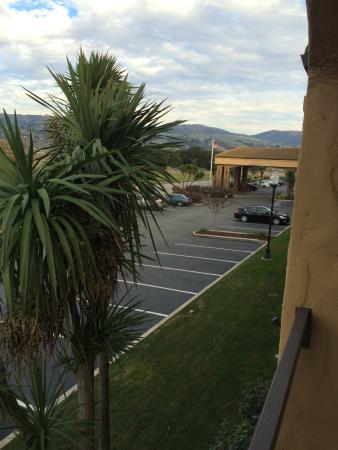 Hampton Inn Morgan Hill: View from Balcony Room towards Hotel Entry