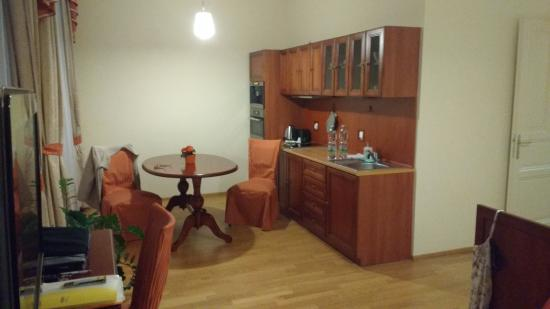 City Apartment: Kitchen and dining area in suite