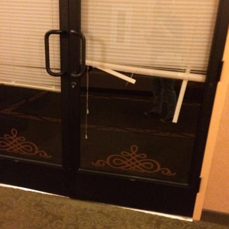 Ruidoso Mountain Inn: broken blinds