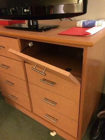 Extended Stay America - Findlay - Tiffin Avenue: Broken dresser - in both the rooms I stayed