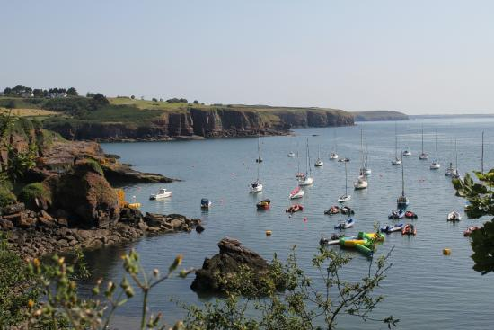 Dunmore East, Irlanda: Looking across the marina to the cliff-top golf course