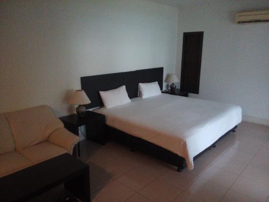 Rawai Beach Resort: Biiig Bed