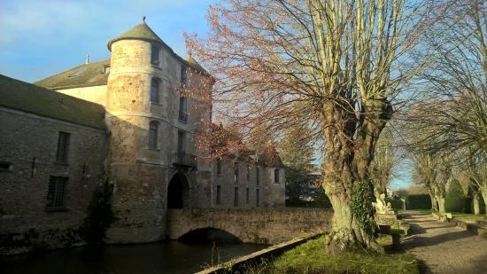 L 39 entr e du ch teau picture of chateau de villiers le mahieu villiers - Villiers le bacle chateau ...