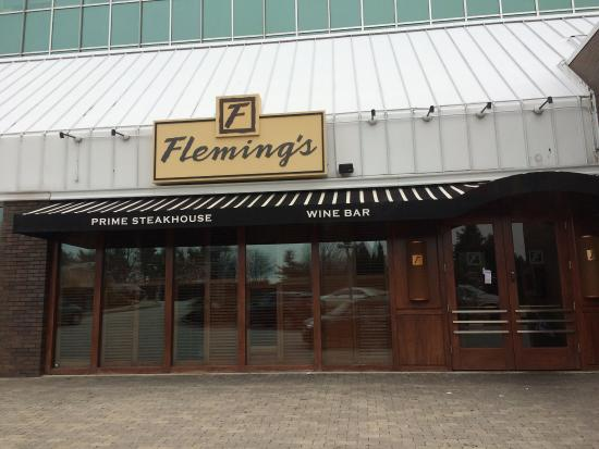 Radnor, PA: Entrance to Flemings- valet parking