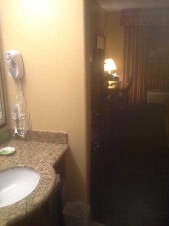 Holiday Inn Express Prescott: Vanity exposed to room.