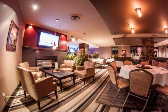 Holiday Inn Hotel & Suites Surrey East - Cloverdale: bar and dinning in surrey hotel