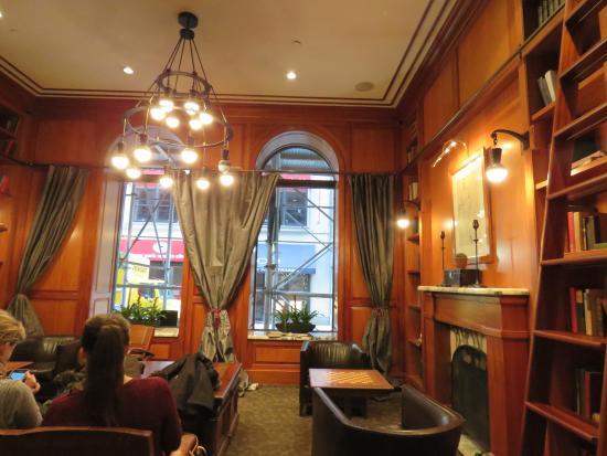 The Mansfield: El lobby, donde hay una cafetera con varias opciones de bebidas calientes