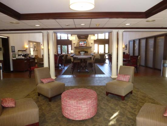 Hampton Inn and Suites Bethlehem: Reception - Lobby