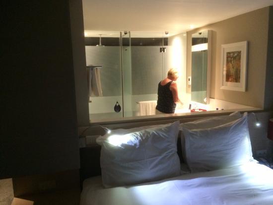 prachtige kamer met half open badkamer - Picture of Radisson Blu ...
