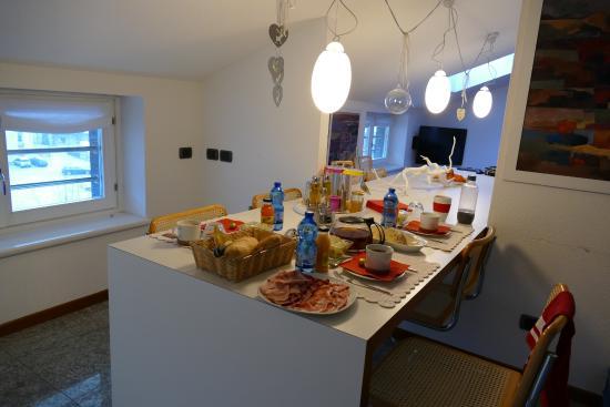 B&B Al Ponte: Der Frühstücksplatz in der Mansardenwohnung