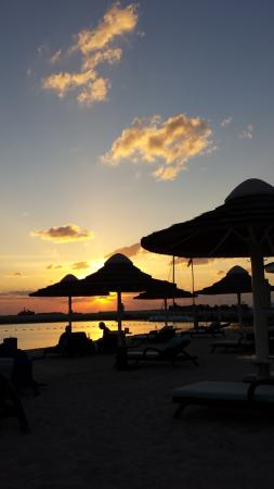 InterContinental Abu Dhabi: Sonnenuntergang am Strand