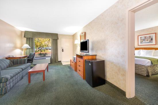 Days Inn & Suites by Wyndham Albuquerque North: Suite Living Room