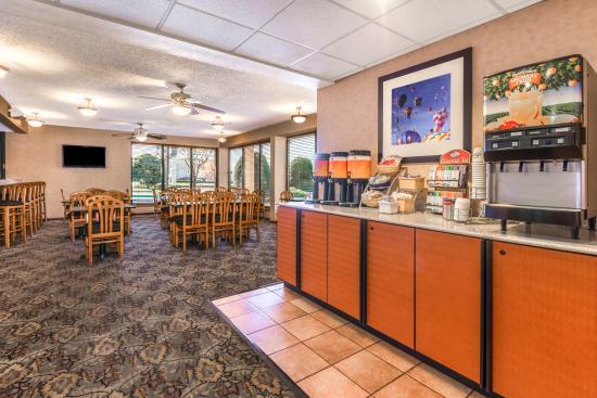 Days Inn & Suites by Wyndham Albuquerque North: Breakfast