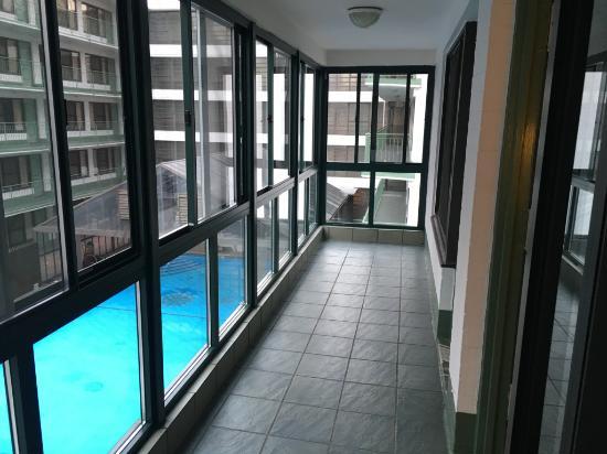 Travel Inn Hotel New York: Entrada dos quartos e vista da piscina