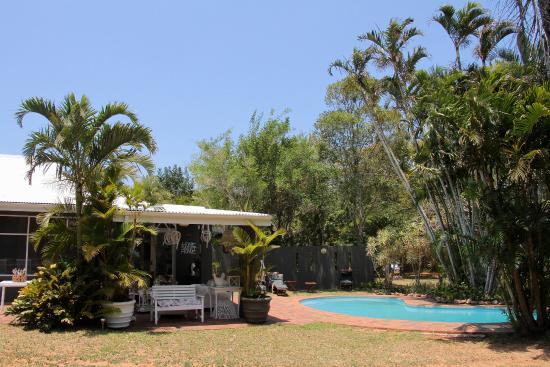 Kingfisher Lodge: Pool and gardens.