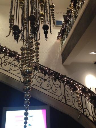 Van der Valk Hotel Brugge-Oostkamp: La déco de Noël dans l'escalier principal
