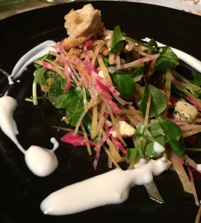Crudwell, UK : Beetroot, Walnut & Blue Cheese Salad