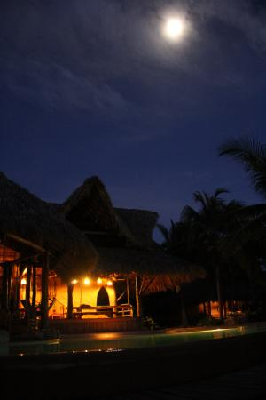Casa Viva Troncones : El comedor, a lo lejos la casita redonda y la Luna.