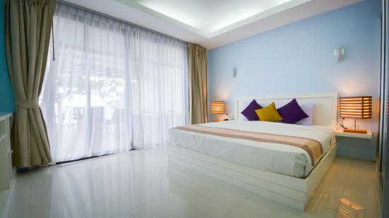Beach Terrace Hotel Krabi: ห้องพักกว้างขวาง มีระเบียงมองเห็นวิวทะเล