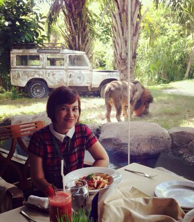 Tsavo Lion Restaurant: we had our lunch together :)