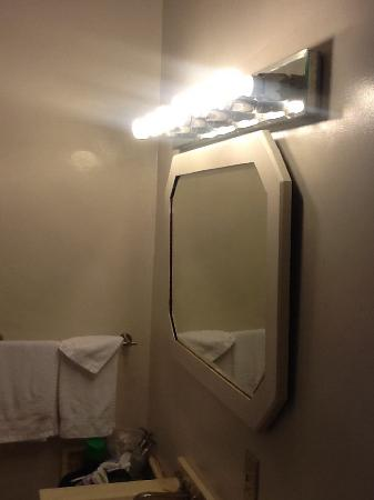 Cowper Inn: Bathroom mirror and light