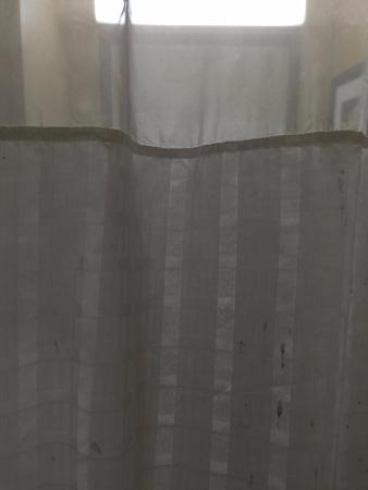 Extended Stay America - Los Angeles - Burbank Airport: Shower curtain dirt and muck