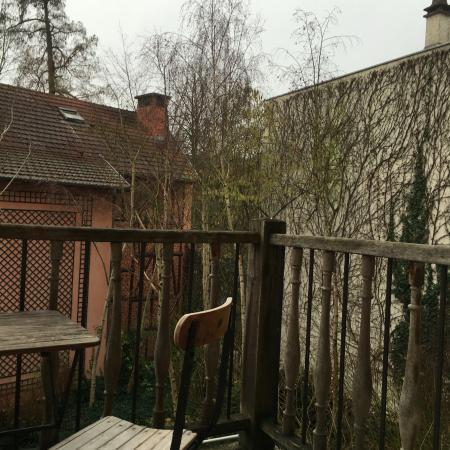 """Ville D'Avray, Francia: Vue de la chambre sur un mur """"patio"""" et non pas sur le lac"""