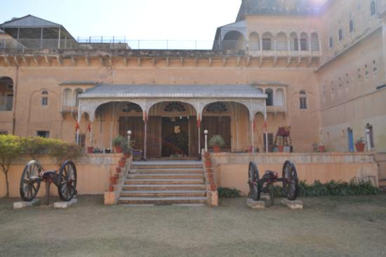 Jhunjhunu, India: Dundlod fort entrance