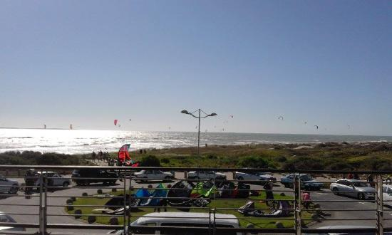 Bloubergstrand Beach: Lots of pretty kite surfers!